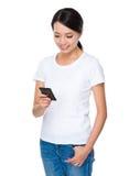 Uso de la mujer joven del teléfono móvil Fotografía de archivo libre de regalías