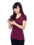 Uso de la mujer joven del teléfono móvil Foto de archivo libre de regalías