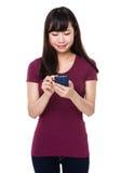 Uso de la mujer joven del teléfono móvil Imágenes de archivo libres de regalías