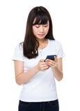 Uso de la mujer joven del teléfono móvil Imagenes de archivo