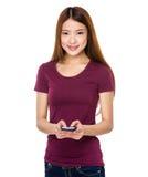 Uso de la señora joven el teléfono móvil Imagen de archivo libre de regalías