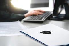 Uso de la universidad o de la universidad de la escritura del estudiante Apliqúese a la escuela fotografía de archivo