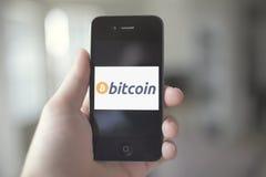 Uso de la venta al por menor de Bitcoin Fotos de archivo