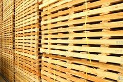 Uso de madera de la plataforma para la entrega Imagen de archivo