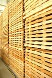 Uso de madera de la plataforma para la entrega Fotografía de archivo libre de regalías