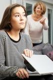Uso de ocultación de Internet del adolescente de la madre Fotografía de archivo
