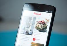 Uso de Pinterest en el nexo 5 de Google Imagen de archivo libre de regalías