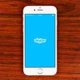 Uso de Skype en una exhibición más del iPhone 6 Fotos de archivo