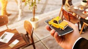 Uso de Smartphone del servicio del taxi para la búsqueda en línea llamando y reservando un taxi imagenes de archivo