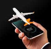 Uso de Smartphone para los vuelos de la búsqueda en línea, de la compra y de la reservación en Internet fotos de archivo