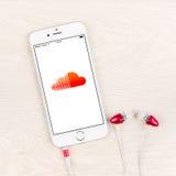 Uso de Soundcloud en una exhibición más del iPhone 6 Fotos de archivo libres de regalías