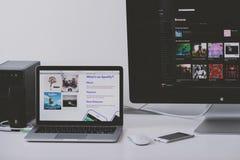Uso de Spotify en la pantalla del ordenador portátil de Apple Fotos de archivo libres de regalías