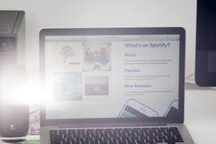 Uso de Spotify en la pantalla del ordenador portátil de Apple Foto de archivo libre de regalías