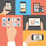 Uso de uma comunicação empresarial do móbil e da tabuleta Imagens de Stock