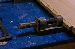 Uso de un tornillo para pegar las piezas de madera El presionar del tornillo Imágenes de archivo libres de regalías