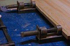 Uso de un tornillo para pegar las piezas de madera El presionar del tornillo V2 Imágenes de archivo libres de regalías