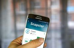 Uso de Vkontakte Snapster en la pantalla de Samsung S7 Foto de archivo libre de regalías