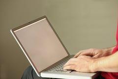 Uso del computer portatile sul giro Fotografie Stock Libere da Diritti