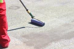 Uso del epóxido con el rodillo Imagenes de archivo
