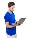 Uso del giovane del computer portatile Immagine Stock