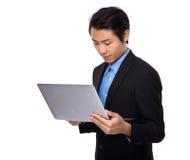 Uso del hombre de negocios del ordenador portátil Imagen de archivo libre de regalías