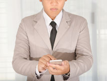 Uso del hombre de negocios un teléfono elegante para el negocio Fotos de archivo libres de regalías