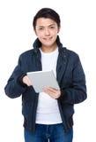 Uso del hombre joven de la tableta Imágenes de archivo libres de regalías