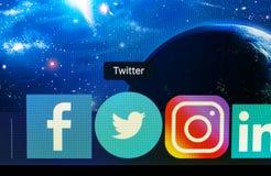Uso del icono de Twitter en muelle del mac en el fondo del espacio, vista delantera Microblogging, red social, mensajes, primer imagen de archivo