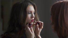 Uso del lustre del labio Entre bastidores de la industria de moda almacen de video