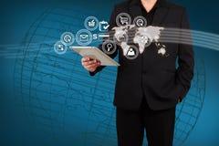 Uso del mapa y del icono de la demostración del hombre de negocios en la pantalla virtual Foto de archivo