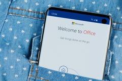 Uso del Microsoft Office en smartphone imágenes de archivo libres de regalías