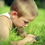 Uso del niño el teléfono móvil Imagen de archivo libre de regalías