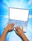 Uso del ordenador portátil foto de archivo