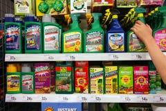 Uso del pesticida en un supermercado Fotos de archivo libres de regalías