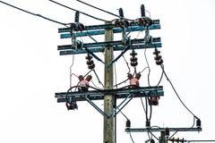 Uso del polo de alto voltaje y de la energía eléctrica en la ciudad Foto de archivo libre de regalías