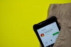 Uso del revelador de Rocket Music Player en la pantalla de Smartphone imagen de archivo