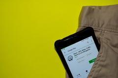 Uso del revelador de Waze - de GPS, de los mapas, del tráfico, de las alarmas y de Live Navigation en la pantalla de Smartphone fotos de archivo libres de regalías