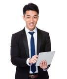 Uso dell'uomo d'affari della compressa digitale immagine stock