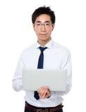 Uso dell'uomo di affari del computer portatile Fotografia Stock