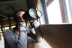 Uso della donna del binocolo per il birdwatching Immagini Stock Libere da Diritti