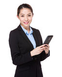 Uso della donna di affari del cellulare Fotografia Stock
