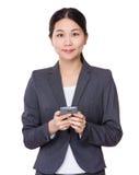 Uso della donna di affari del cellulare Fotografia Stock Libera da Diritti