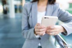 Uso della donna di affari del cellulare Immagini Stock