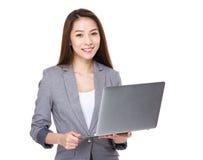 Uso della donna di affari del computer portatile Immagini Stock Libere da Diritti
