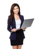 Uso della donna di affari del computer portatile Fotografia Stock Libera da Diritti
