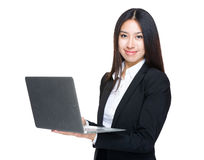 Uso della donna di affari del computer portatile fotografie stock libere da diritti