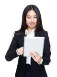 Uso della donna di affari della compressa digitale immagini stock libere da diritti