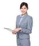 Uso della donna di affari di Asain del pc della tavola immagini stock libere da diritti