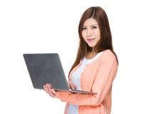 Uso della giovane donna del computer portatile Immagine Stock Libera da Diritti