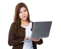 Uso della giovane donna del computer portatile Fotografia Stock Libera da Diritti